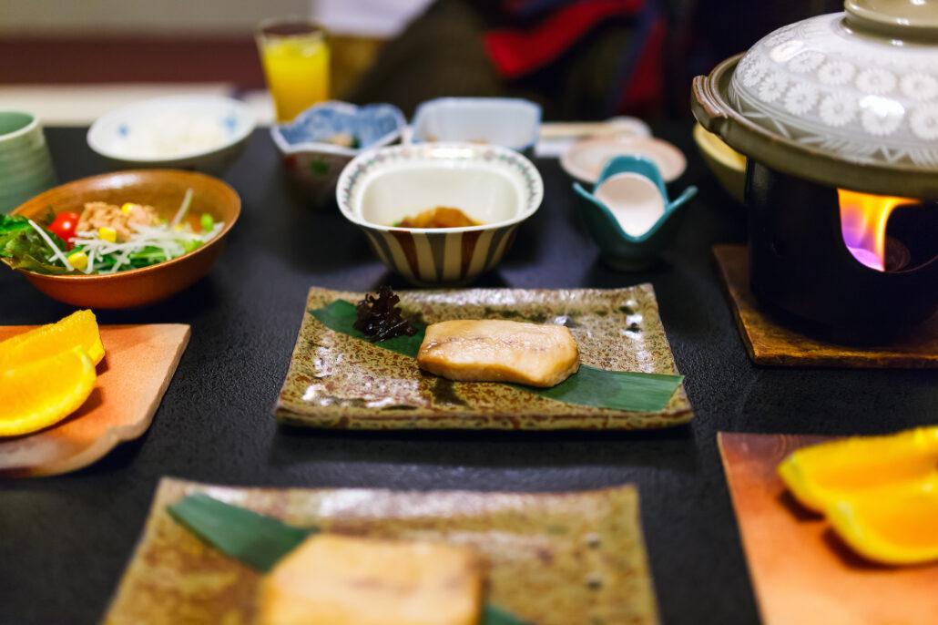 """Ein japanisches Frühstück. IN Japan, insbesondere Okinawa, gibt es die Regel """"Hara Hachi Bu"""", man isst, bis man nicht mehr hungrig, aber nicht bis man satt ist. Beim Intervallfasten kann man sich ebenso an diese Regel halten, damit man sich in den Essensphasen nicht überfrisst."""