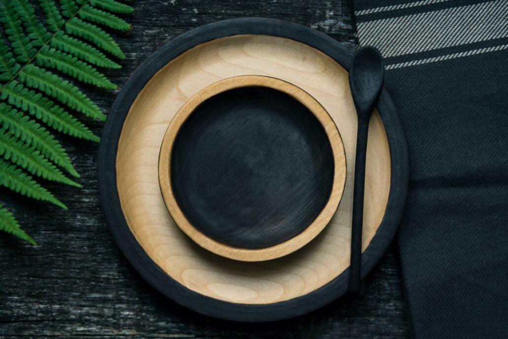 """Ein leerer, schwarzer Teller. Symbol für das """"Nichts"""" was beim Intervallfasten gegessen wird"""
