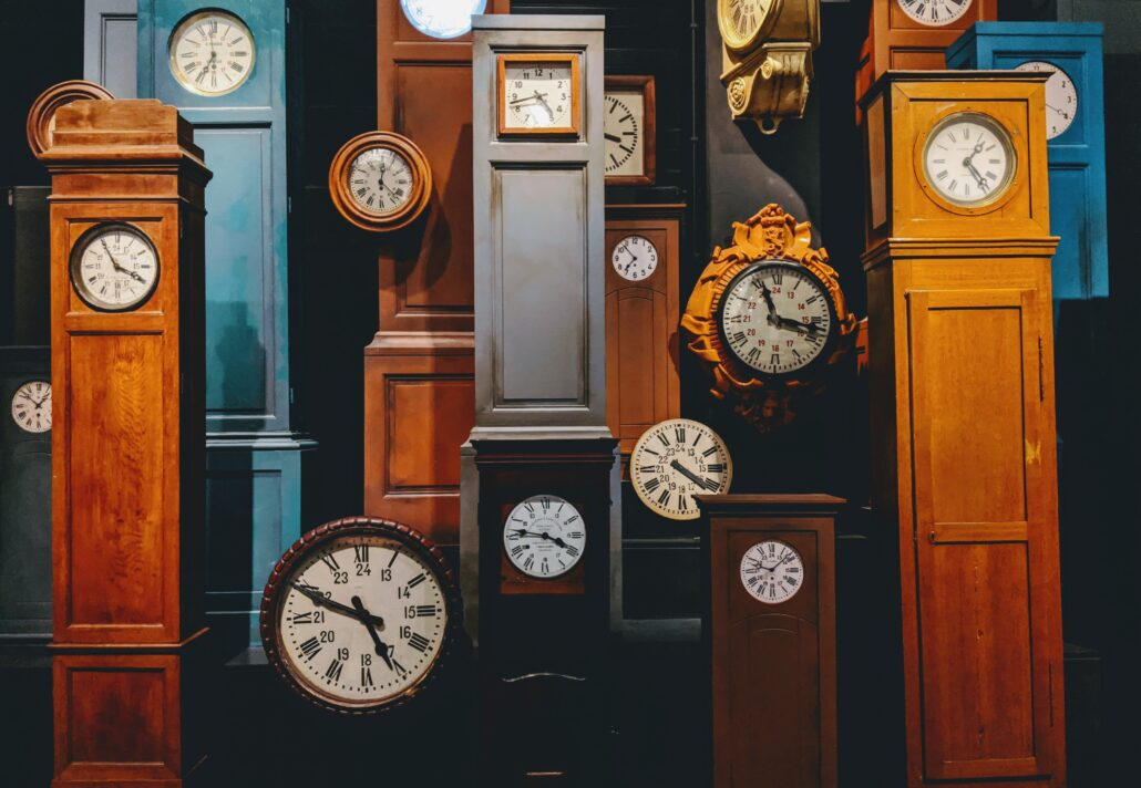 Eine Reihe von Uhren, als Symbol für circadiane Rhythmen, die beim Intervallfasten eine Rolle spielen.