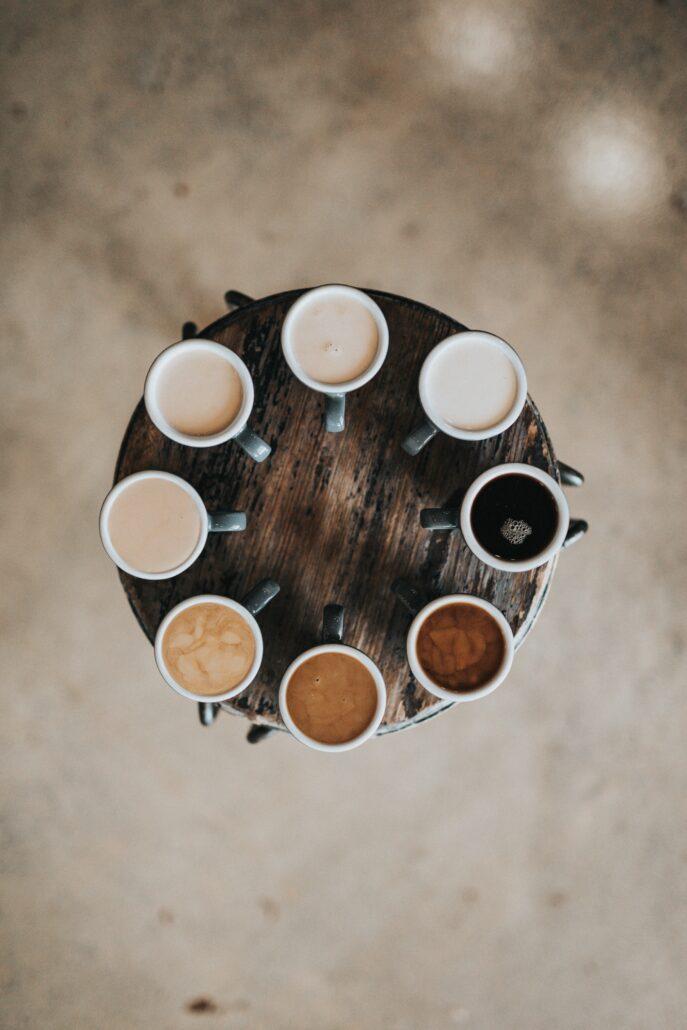 Kaffee mit verschiedenen Mengen Milch. Milch und Zucker können Insulin ausschütten und der Proteingehalt kann über Leucin mTOR aktivieren, deswegen empfiehlt es sich, beim Intervallfasten den Kaffee so schwarz wie möglich zu trinnken.